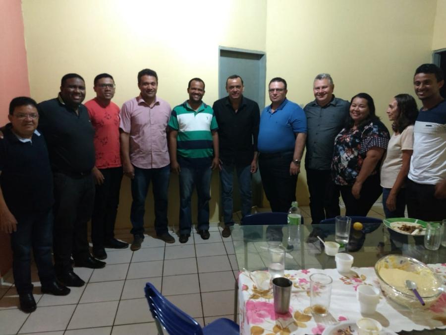 Frank Aguiar com lideranças na residência do professor Genivaldo