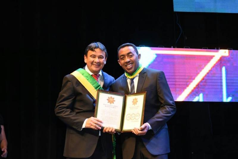Prefeito de Floriano Joel Rodrigues é condecorado com a Medalha do Mérito Renascença