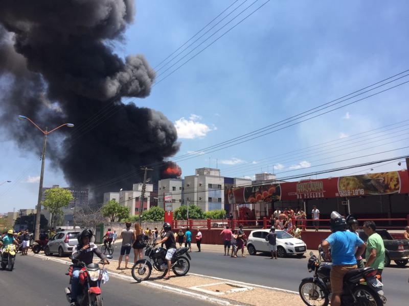 Prédio de distribuidora pode desabar após incêndio em Teresina