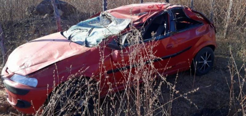 Carro capota e deixa duas pessoas feridas PI-142