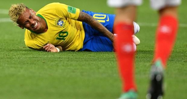 Neymar bate recorde de faltas sofridas e vacila no mano a mano