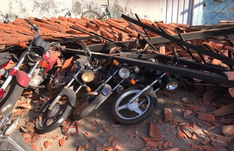 Teto de delegacia desaba e destrói motos apreendidas em Altos