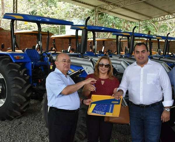 Prefeita Neidinha Lima recebe novo trator para Guadalupe