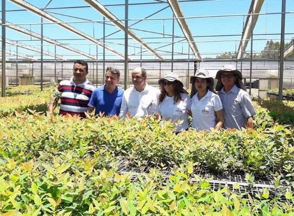 Prefeito de Monsenhor Gil visita empresa geradora de emprego e renda no município