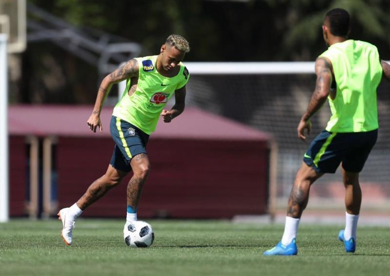Neymar voltar a treinar com seleção após sentir dores