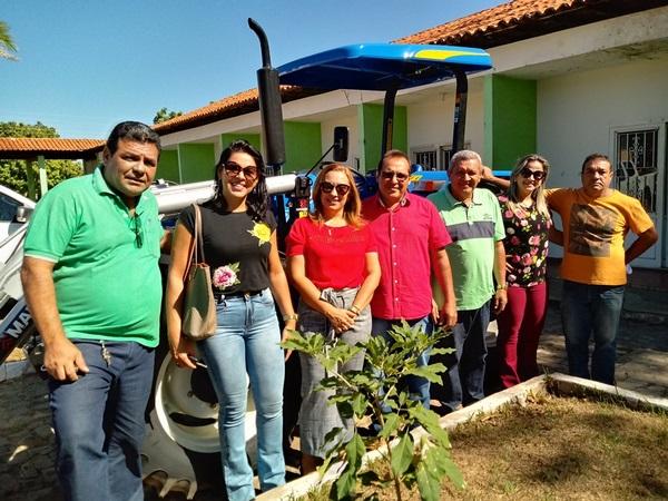 Prefeita Neidinha entrega novo Trator em Guadalupe