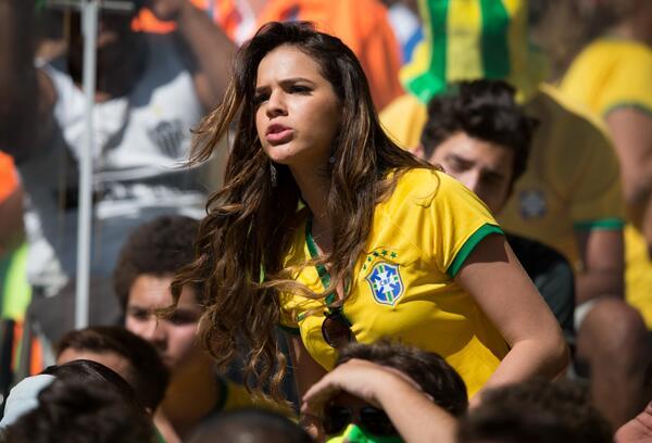 Bruna Marquezine mostra sutiã do Brasil que usou para acompanhar o jogo