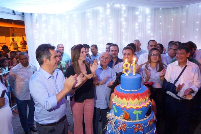 Corte do bolo de 81 anos de São Pedro contou com W. Dias, deputados e prefeitos regionais.