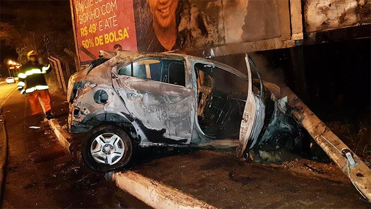 Carro colide em poste e pega fogo na zona leste de Teresina