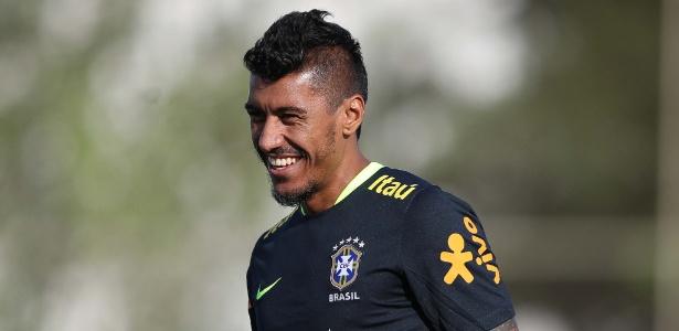 Jogador Paulinho fica longe do gol e ainda tenta se achar na Copa