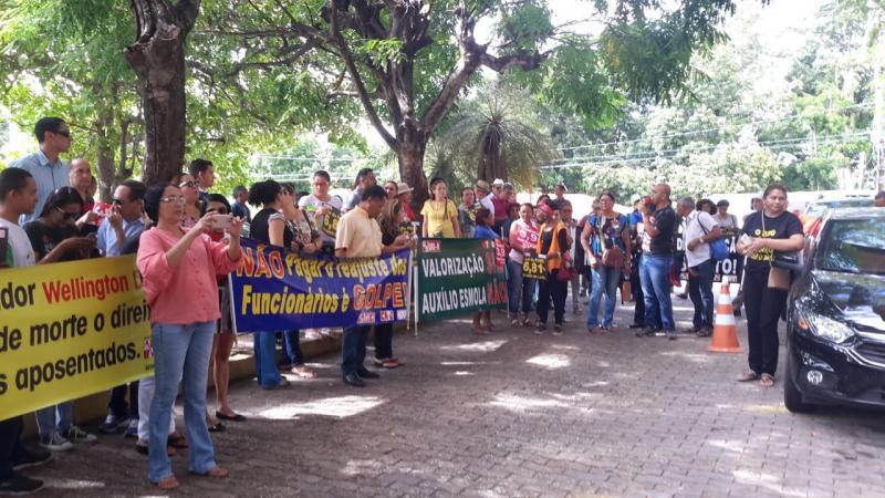 Professores fazem protesto em Teresina para reivindicar reajuste salarial