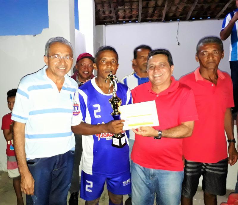 Prefeito Genival Bezerra entrega taça de campeão ao Tipis