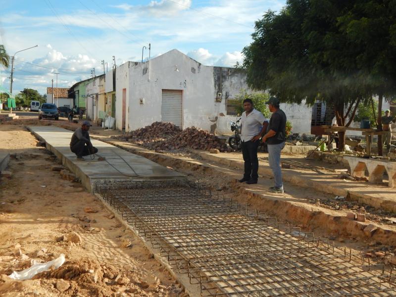 Cristino Castro: Prefeito Dr. Manoel Júnior entrega galeria no centro da cidade.
