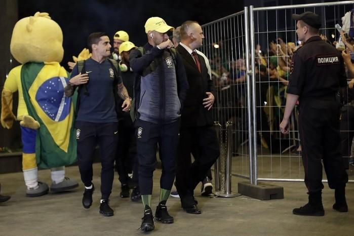 Seleção brasileira chega a Moscou e é recebida com muita festa; confira