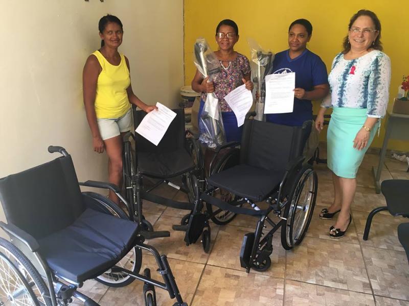 Prefeitura entrega cadeiras de roda e próteses para portadores de necessidades especiais