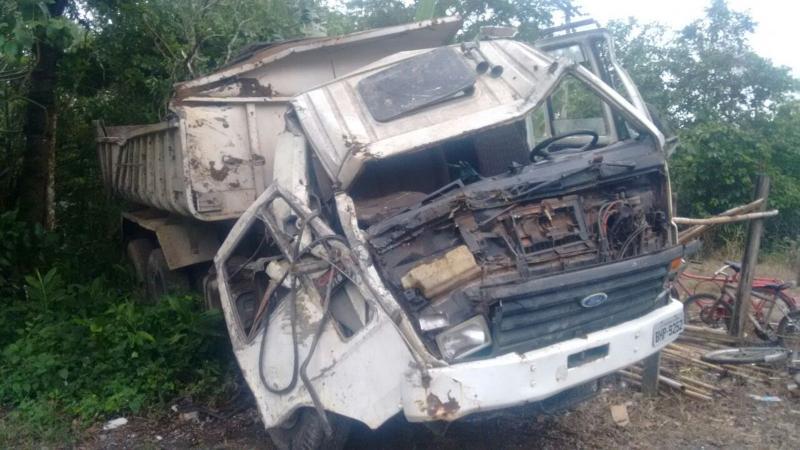 Caminhão desgovernado mata três e deixa feridos ao atingir ponto de ônibus