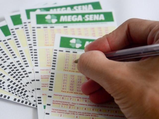 Mega-Sena pode pagar até R$ 4,5 milhões neste sábado