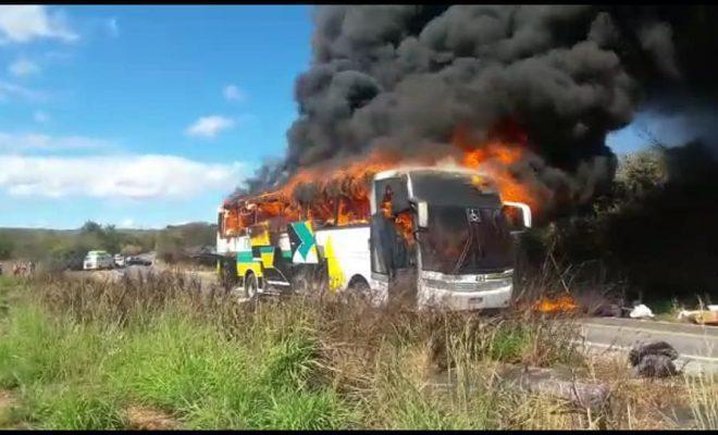 Ônibus que saiu de Brasília para o Piauí pega fogo na Bahia