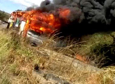 Ônibus da Transpiauí com 40 passageiros pega fogo na BR-135; vídeo