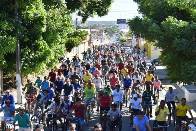 Hasteamento das bandeiras e passeio ciclístico abrem festividades dos 121 anos de Floriano