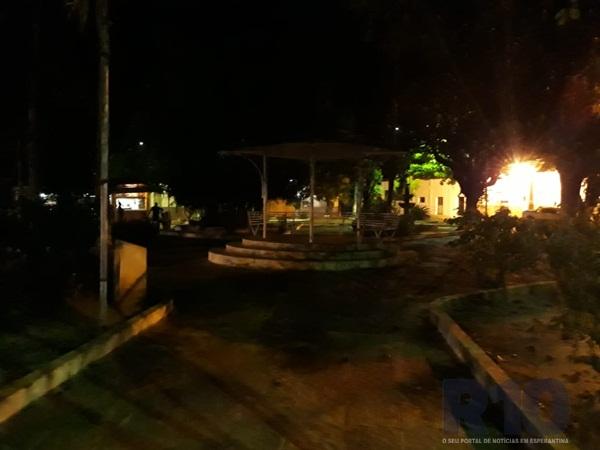 Vergonha! Praça Leônidas Melo em Esperantina está abandonada e às escuras