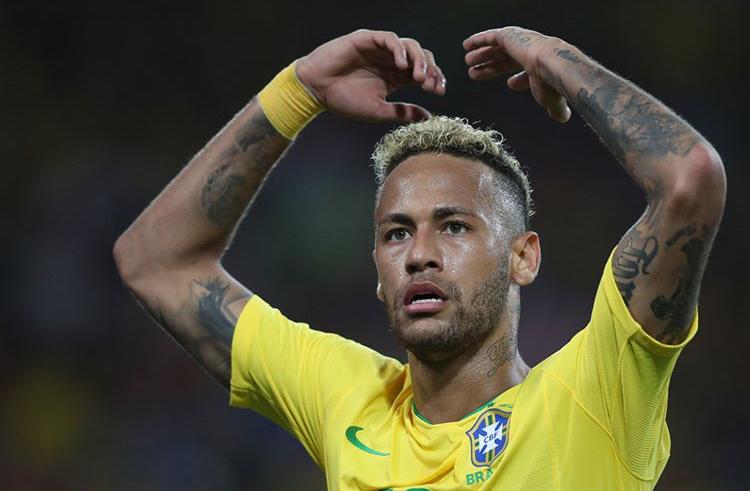 Neymar é criticado no exterior e brasileiros defendem craque