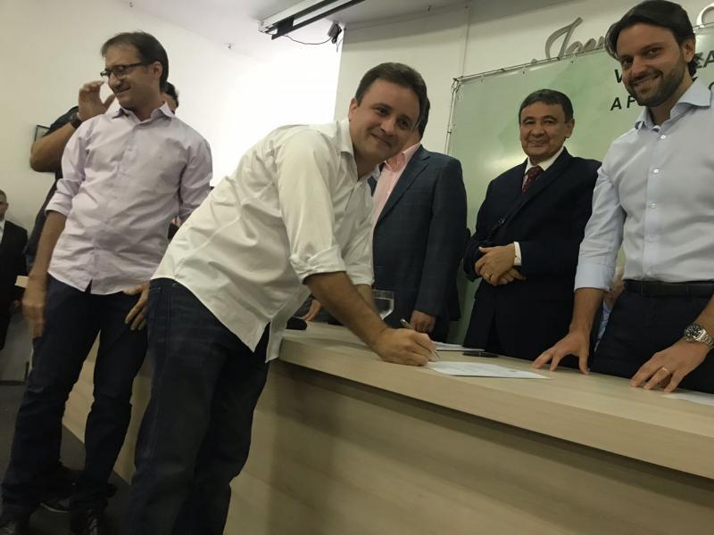 Prefeito Júnio Bill participa de solenidade com o ministro das Cidades