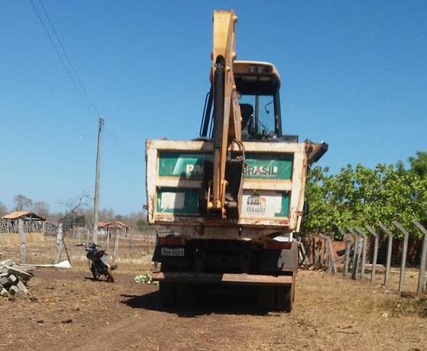 Máquinas do PAC de Boa Hora são flagradas em terreno privado