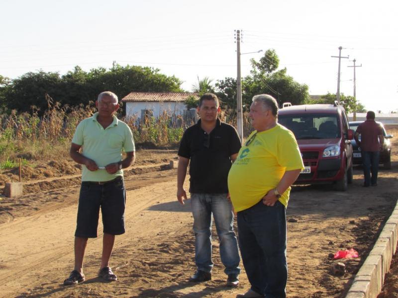 Prefeito de Lagoinha do Piauí vistoria obras de calçamento do residencial Alto Paraíso