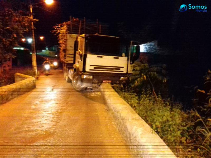 Caminhão sem freios colide em mureta da ponte do bairro Areias em Amarante