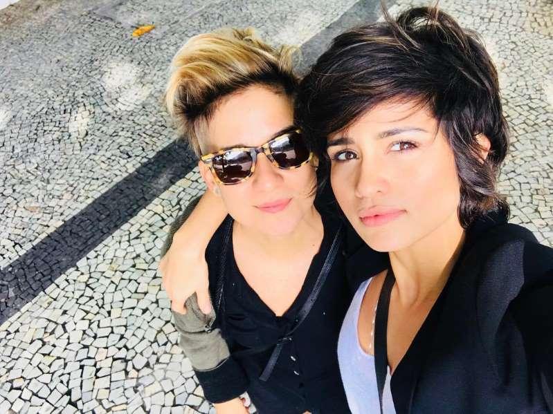 Namorada da atriz Nanda Costa fala sobre relação: 'sufocante ficar guardando'