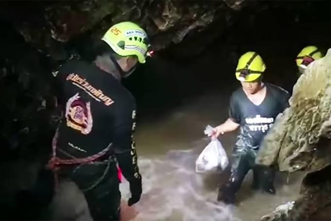 Tailândia tem 4 dias para salvar meninos ou resgate pode ficar para 2019