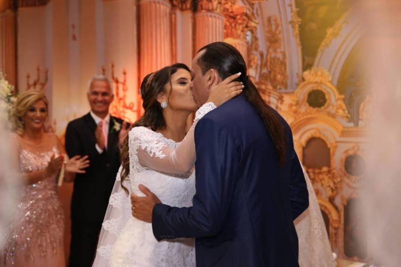 Frank Aguiar, aos 47 anos, se casa com estudante piauiense Caroline Santos
