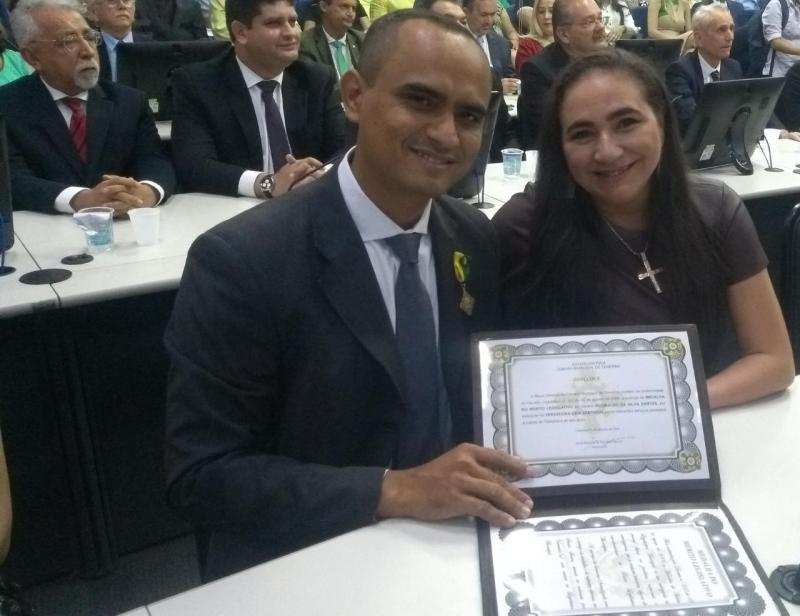 Vereadora Cida Santiago entrega Medalha Mérito Legislativo ao Professor Reginaldo Santos