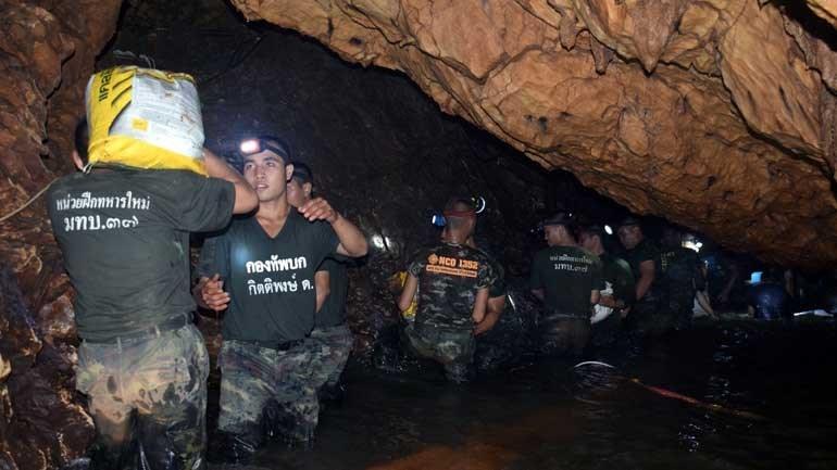 Quatro jovens presos em caverna na Tailândia são resgatados