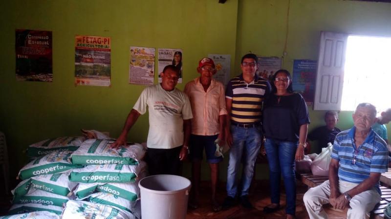Prefeitura de Landri Sales em parceria com a EMATER distribui sementes para agricultores