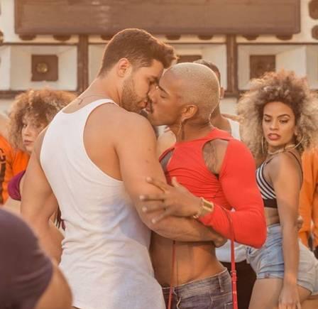 Nego do Borel se veste de mulher e beija homem em novo clipe