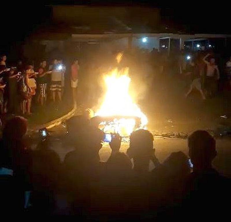 Populares matam e ateiam fogo em acusado de estuprar menor no AM