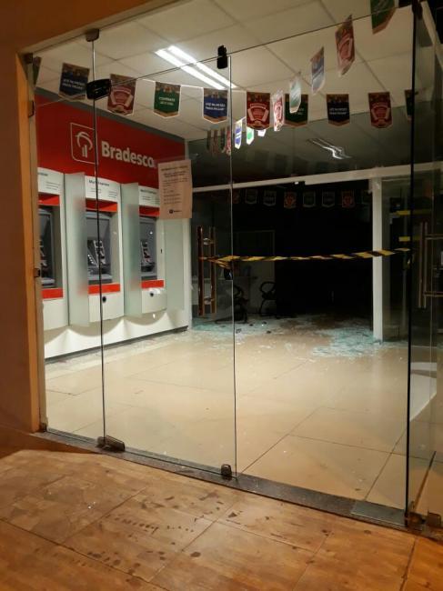Grupo faz moradores de escudo humano e explode banco no Piauí