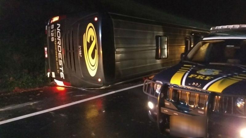 Acidente entre ônibus e carro deixa 4 mortos e 14 feridos