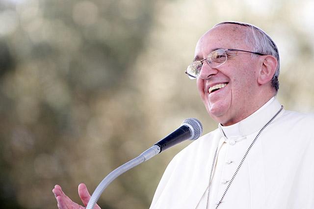 Papa Francisco faz surpresa e celebra casamento de brasileira
