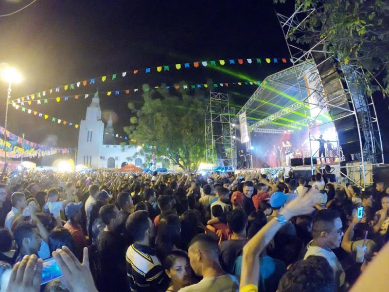 Mais de 15 mil pessoas curtem Chicabana na última noite do São João na Roça em Altos
