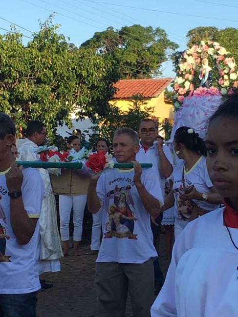 Dezenas de fiéis participam da procissão de Nossa  Senhora das Dores em Olho D'água