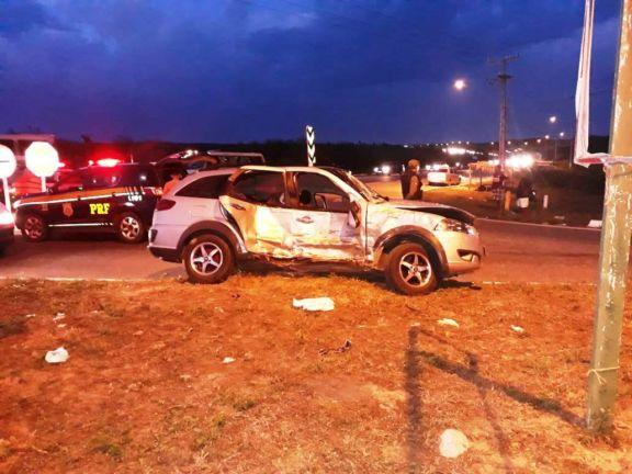 Colisão entre carro e van deixa uma pessoa morta e cinco feridas na BR-343