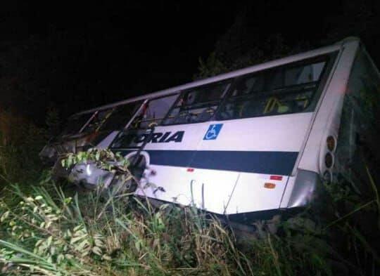 Ônibus com time de futebol tomba e deixa dois mortos na BR-226