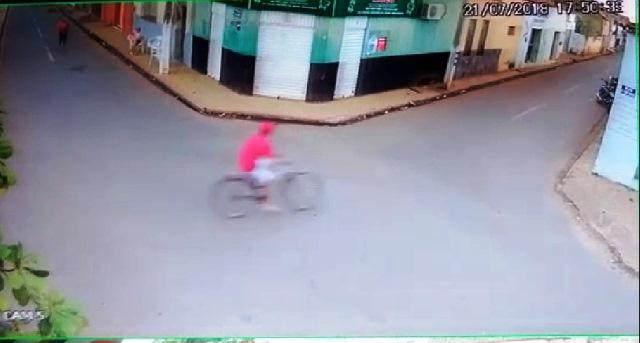 Empresário é assaltado em praça pública em Esperantina