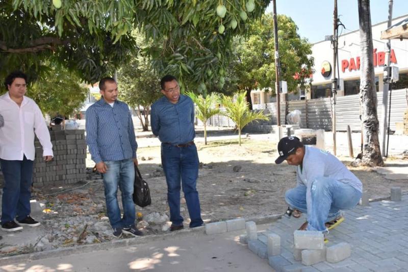 Prefeito Joel visita obra de reforma da Praça Coronel Borges
