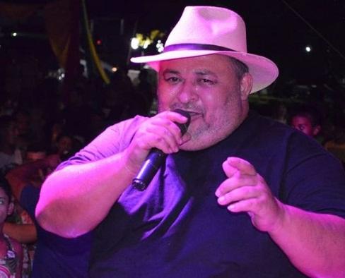 Amigos fazem homenagem ao cantor Cizinho em velório; vídeo