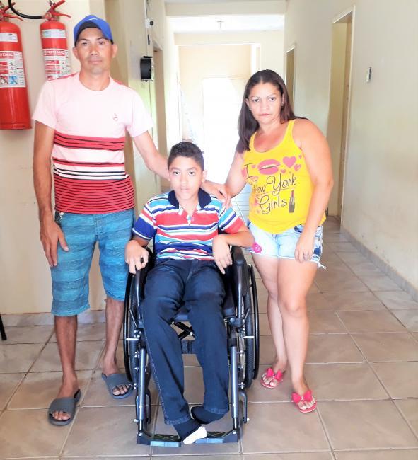 Francisco Julielson acompanhado de seu pai e mãe.
