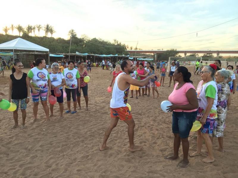 Idosos diverte em tarde de recreação no Festival de Verão de Francisco Ayres